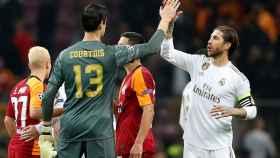 Courtois se saluda con Ramos en el partido contra el Galatasaray