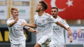 Pablo Ramón celebra un gol del Juvenil A del Real Madrid en la UEFA Youth League