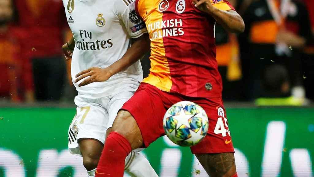 Rodrygo intenta adelantarse a un jugador del Galatasaray