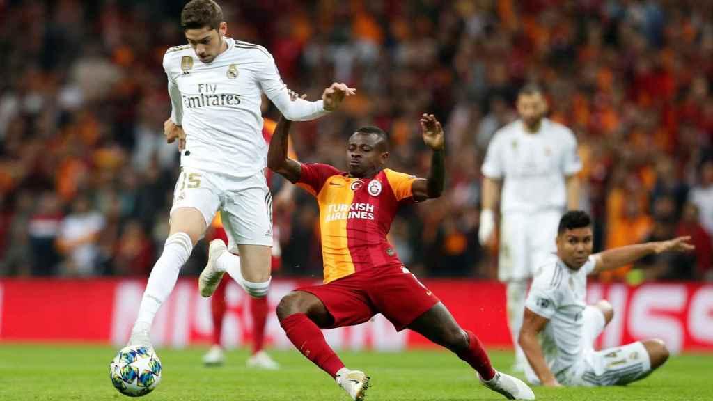 Jean Michael Seri intenta robar el balón a Fede Valverde