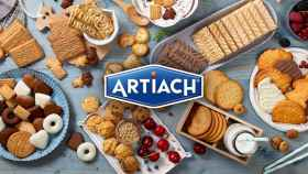 El logo de Artiach con un surtido de galletas de sus marcas.