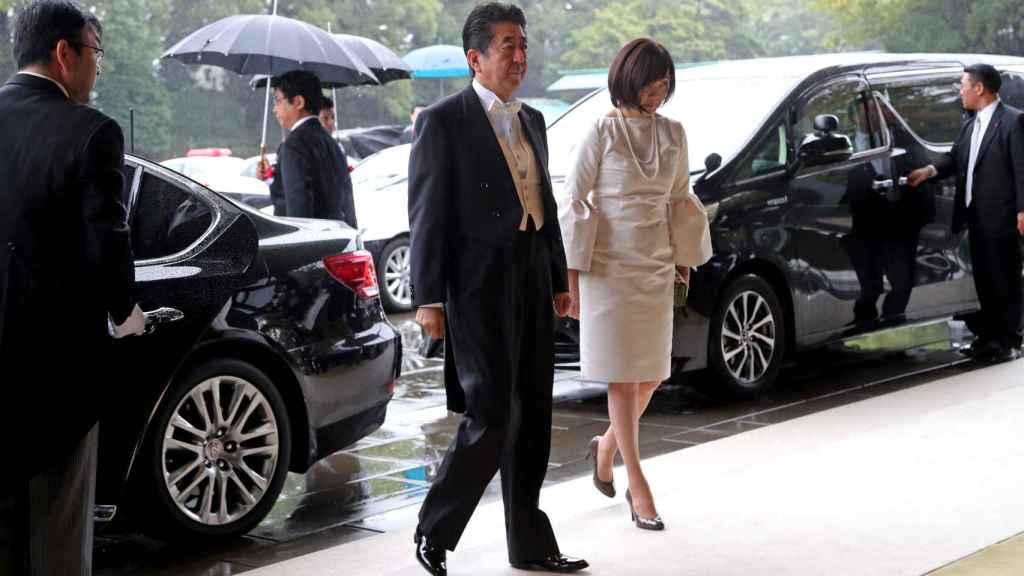El primer ministro de Japón, Shinzo Abe, y su esposa Akie llegan al Palacio Imperial.