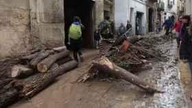 Operarios y vecinos realizan tareas de desescombro y limpieza en L'Espluga de Francolí (Tarragona).