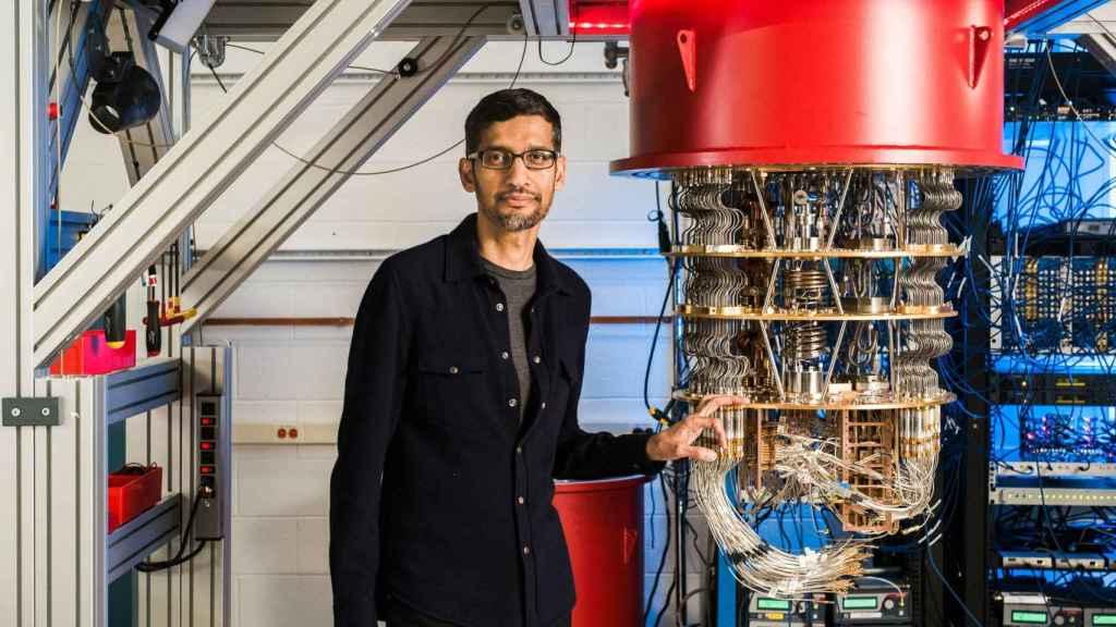 Sundar Pichai con Sycamore, un ordenador cuántico.