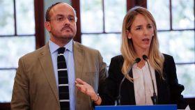 La portavoz del PP en el Congreso y cabeza de lista por Barcelona el 10-N, Cayetana Álvarez de Toledo, y el presidente de PPC, Alejandro Fernández, durante la reunión que han mantenido con representantes del mundo educativo y universitario catalán.