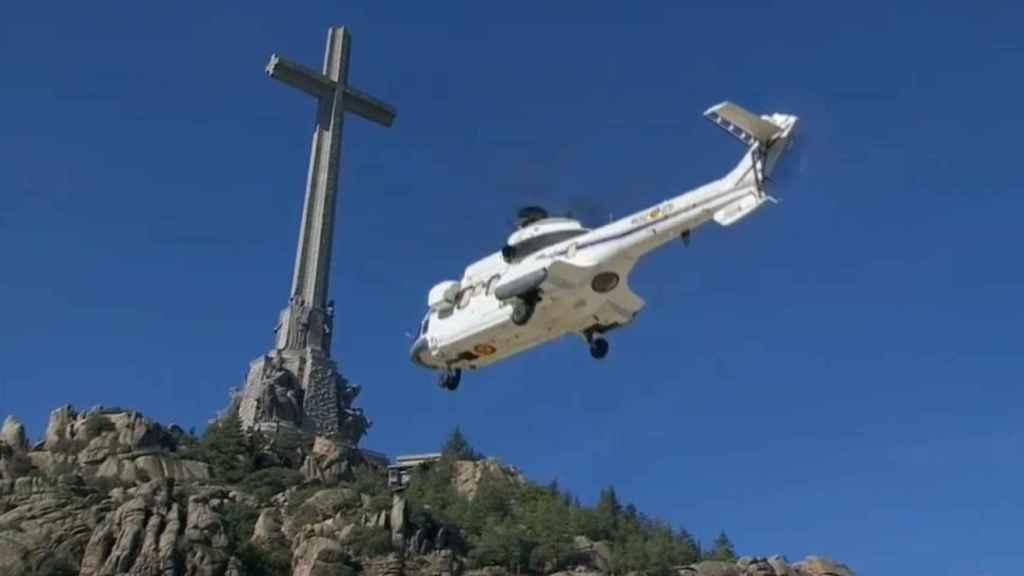 El helicóptero con los restos de Franco abandona el Valle de los Caídos.