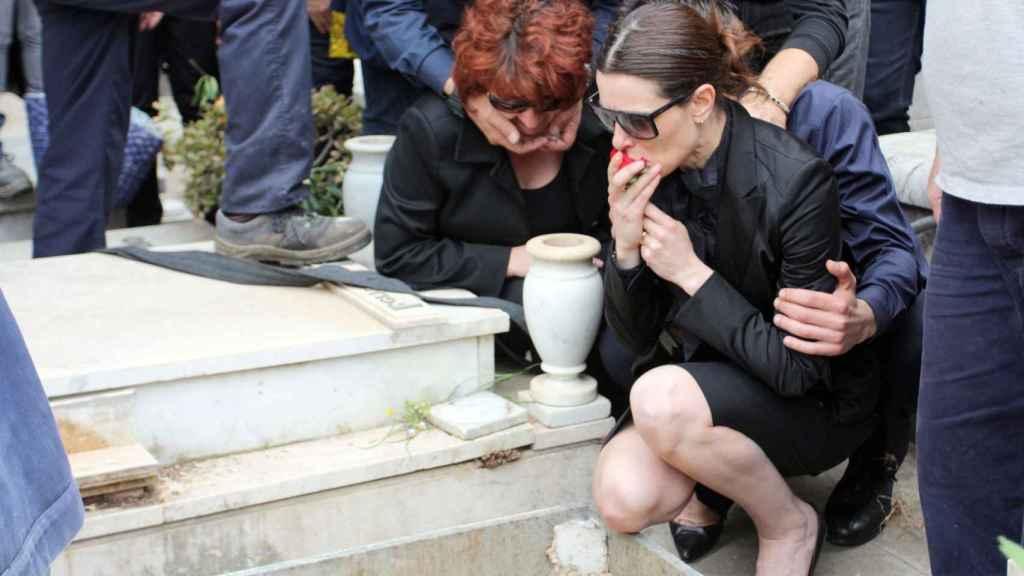 Raquel Sánchez Silva y Santina Biondo durante el entierro de Mario en Italia.