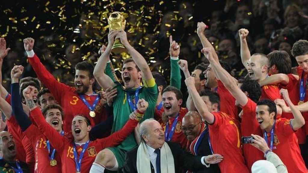Iker Casillas levanta la Copa del Mundo en 2010.