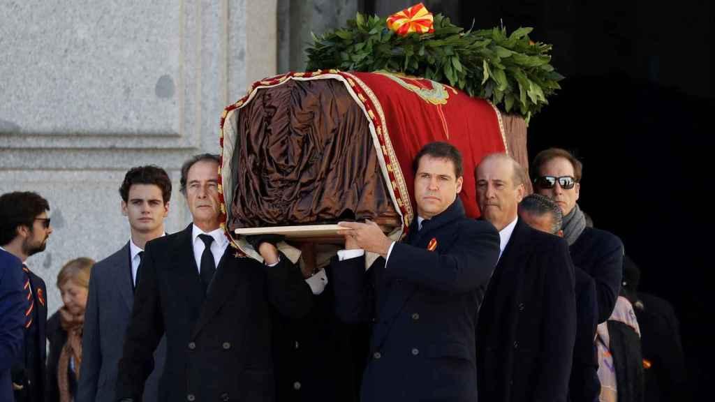 El féretro de Franco, con su emblema personal y una corona, a hombros de sus familiares.