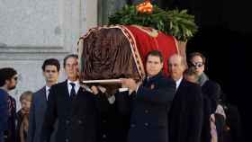 Momento en el que los familiares de Francisco Franco salen de la basílica con el féretro.