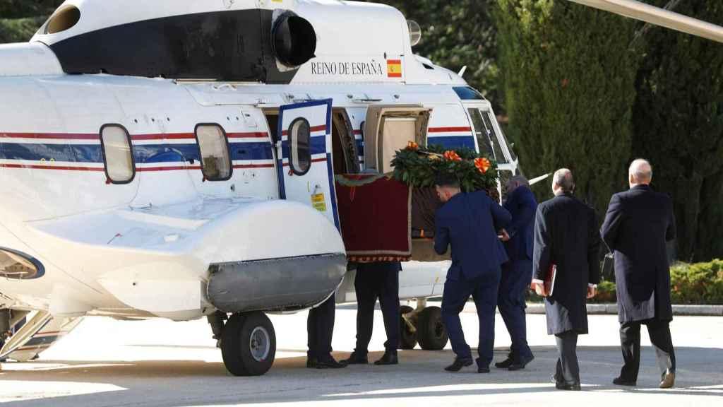 El ataúd de Franco entrando en el helicóptero.
