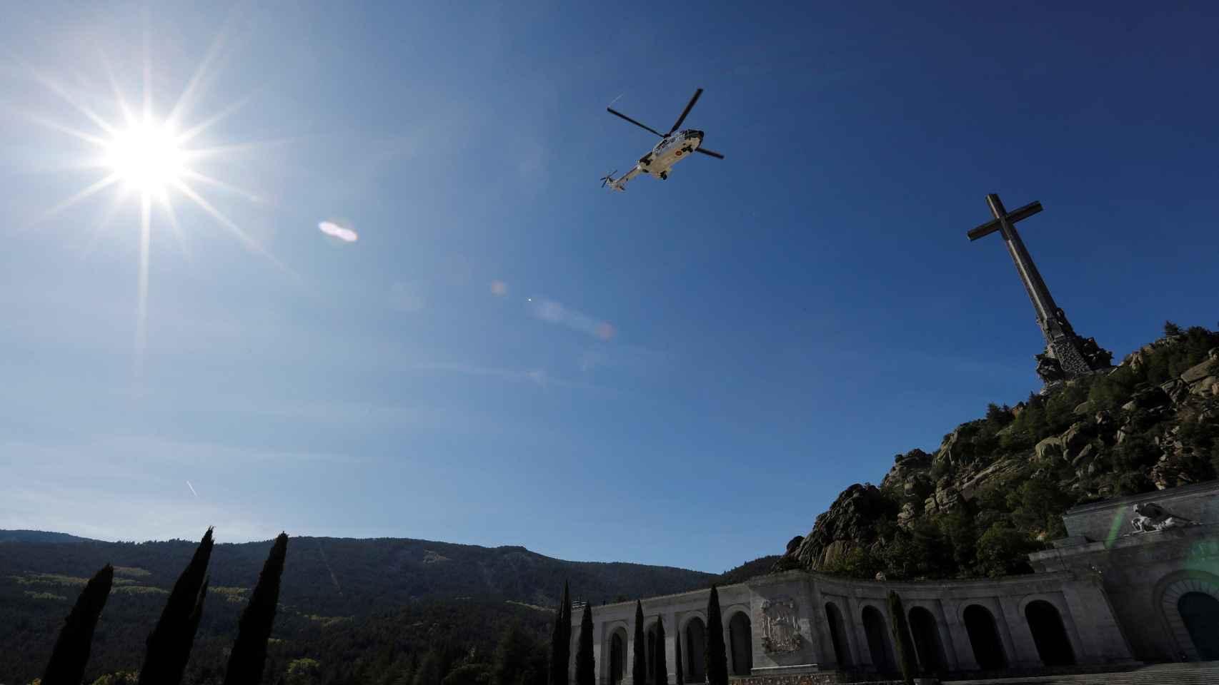 El helicóptero con los restos de Francisco Franco abandona el Valle de los Caídos.