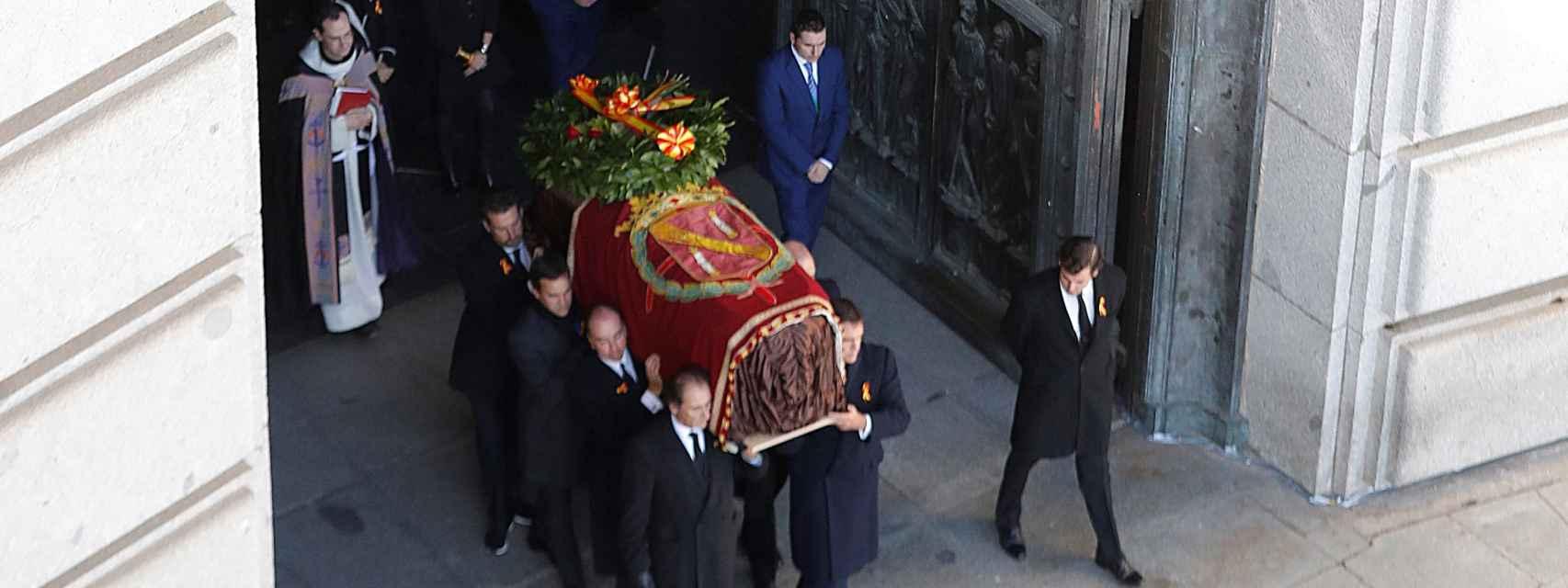 Los familiares de Franco portan el féretro con los restos mortales del dictador tras su exhumación.