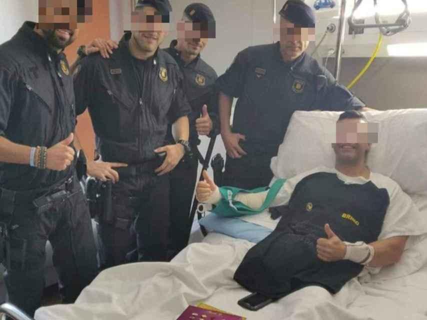 Mossos d'Esquadra visitan a un policía nacional herido en los disturbios de Cataluña.