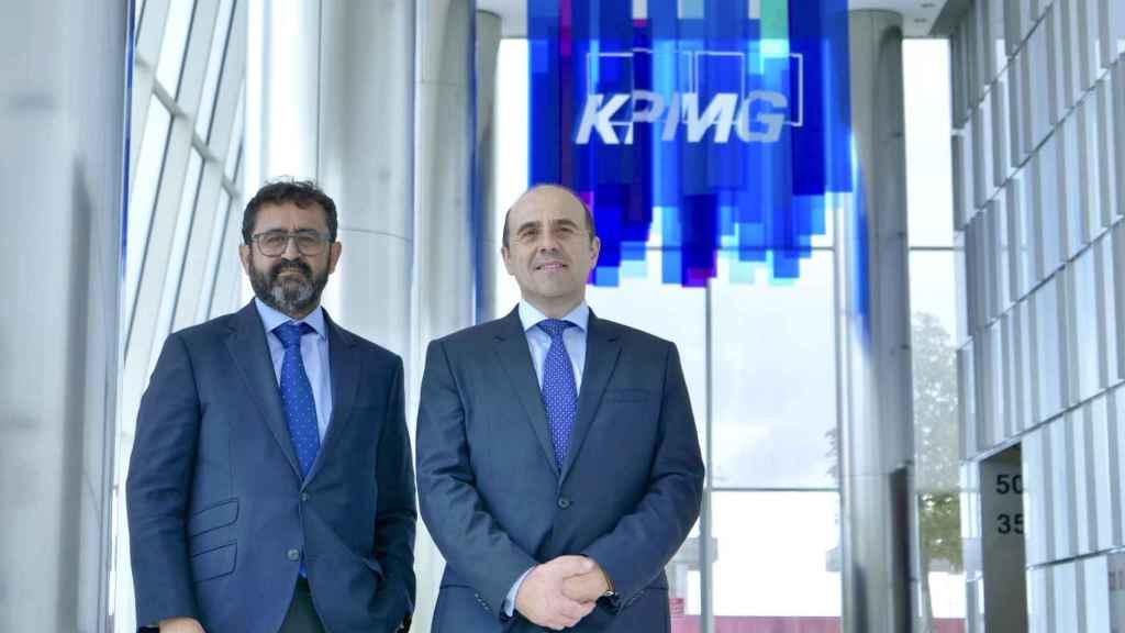 Javier Hervás y Jordi García Viña en la sede de KPMG.