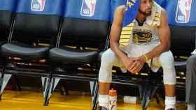 Stephen Curry, en el banquillo de los Warriors