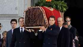 La familia Franco porta el féretro de Francisco Franco en el Valle de los Caídos durante la exhumación.