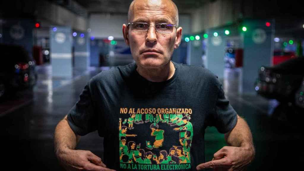 Javier muestra la camiseta que VIACTEC ha diseñado para dar visibilidad al colectivo.