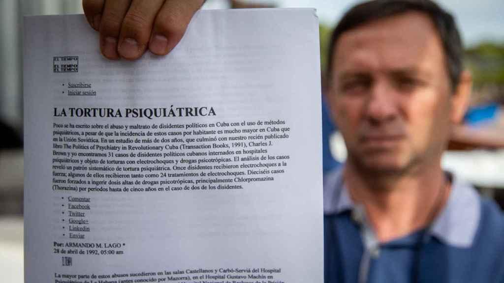 Antonio mostrando un artículo del doctor Armando M. Lago sobre la 'tortura psiquiátrica'.