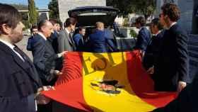 Los descendientes de Franco, con la bandera preconstitucional en el cementerio de Mingorrubio.