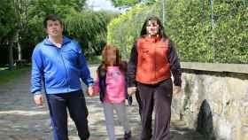 Abuín con su hija y su mujer, años atrás.