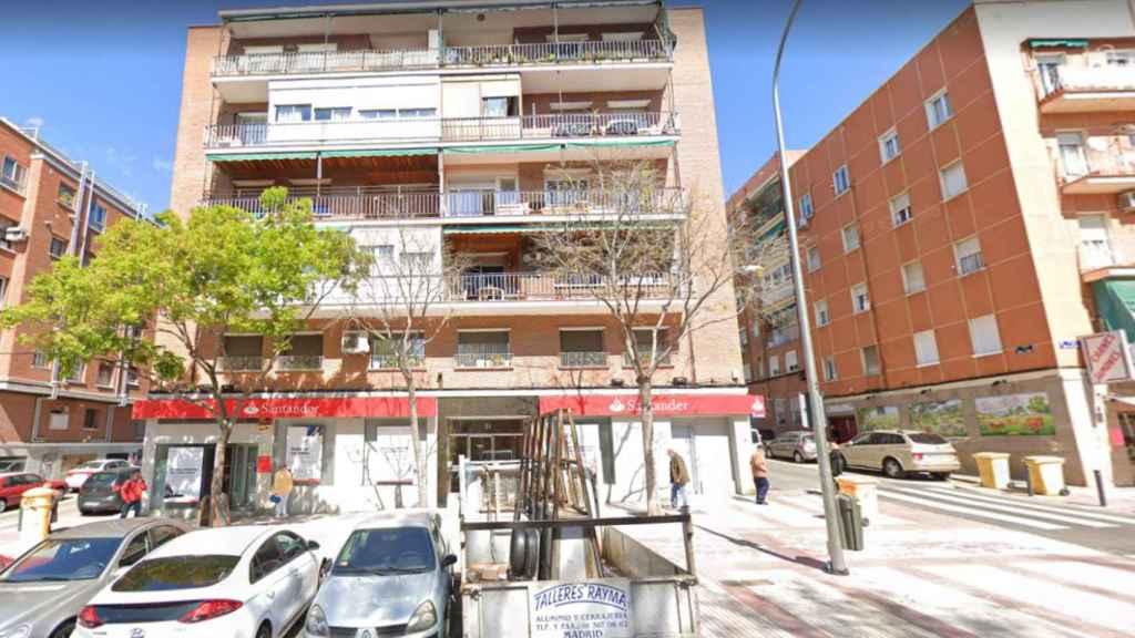 El edificio de vecinos donde vivía la mujer en el distrito de Ciudad Lineal.