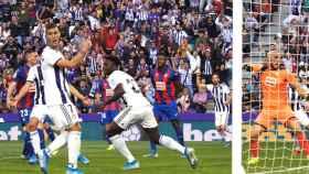 Los jugadores del Valladolid celebran uno de los goles del partido ante el Eibar