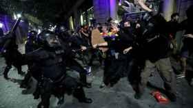Los Mossos D'Esquadra cargan contra los manifestantes violentos, en Barcelona.