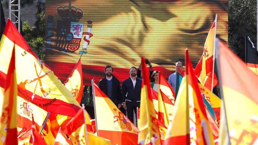 Santiago Abascal, Iván Espinosa, Javier Ortega y Rocío Monasterio, entre banderas de España en Colón.