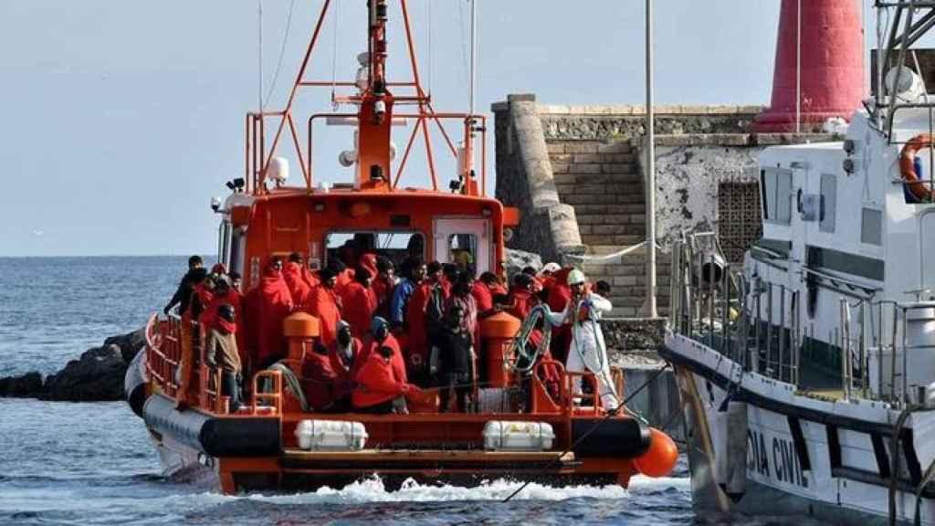 Llegan al puerto de Motril los inmigrantes rescatados cerca de la costa.