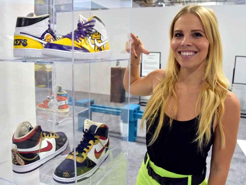 Sophi Mazzaro con sus diseños de zapatillas deportivas en el 'Sneakertopia'.