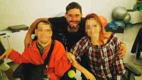 El masoterapeuta y asistente sexual Alejandro posando con un chico y una chica con discapacidad física.