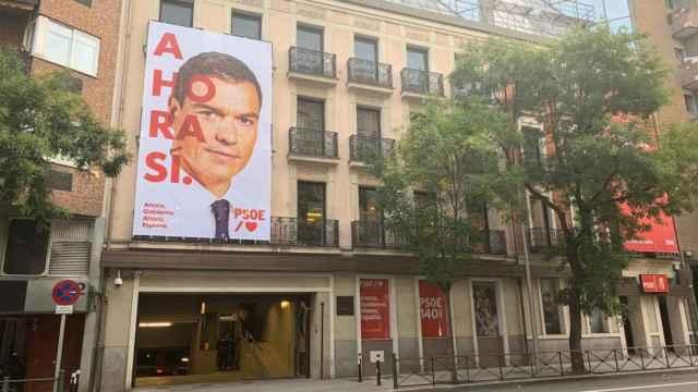 Imagen de Pedro Sánchez y el lema de campaña en la sede del PSOE en Ferraz