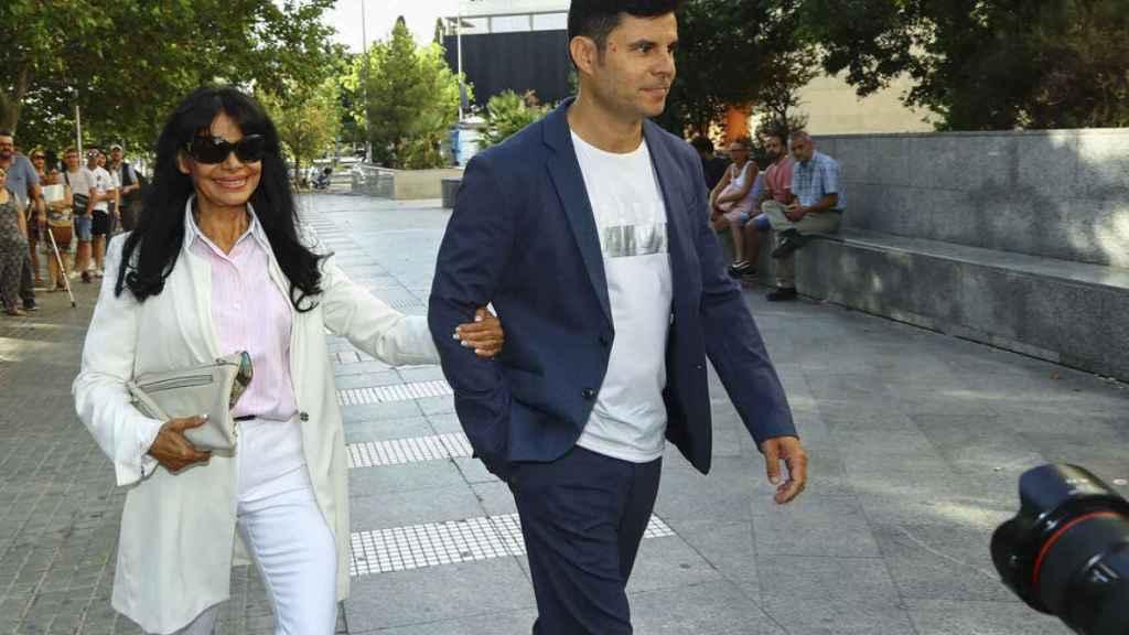Javier Iglesias con su madre María Edite Santos llegando a los juzgados de Valencia en julio de 2019.