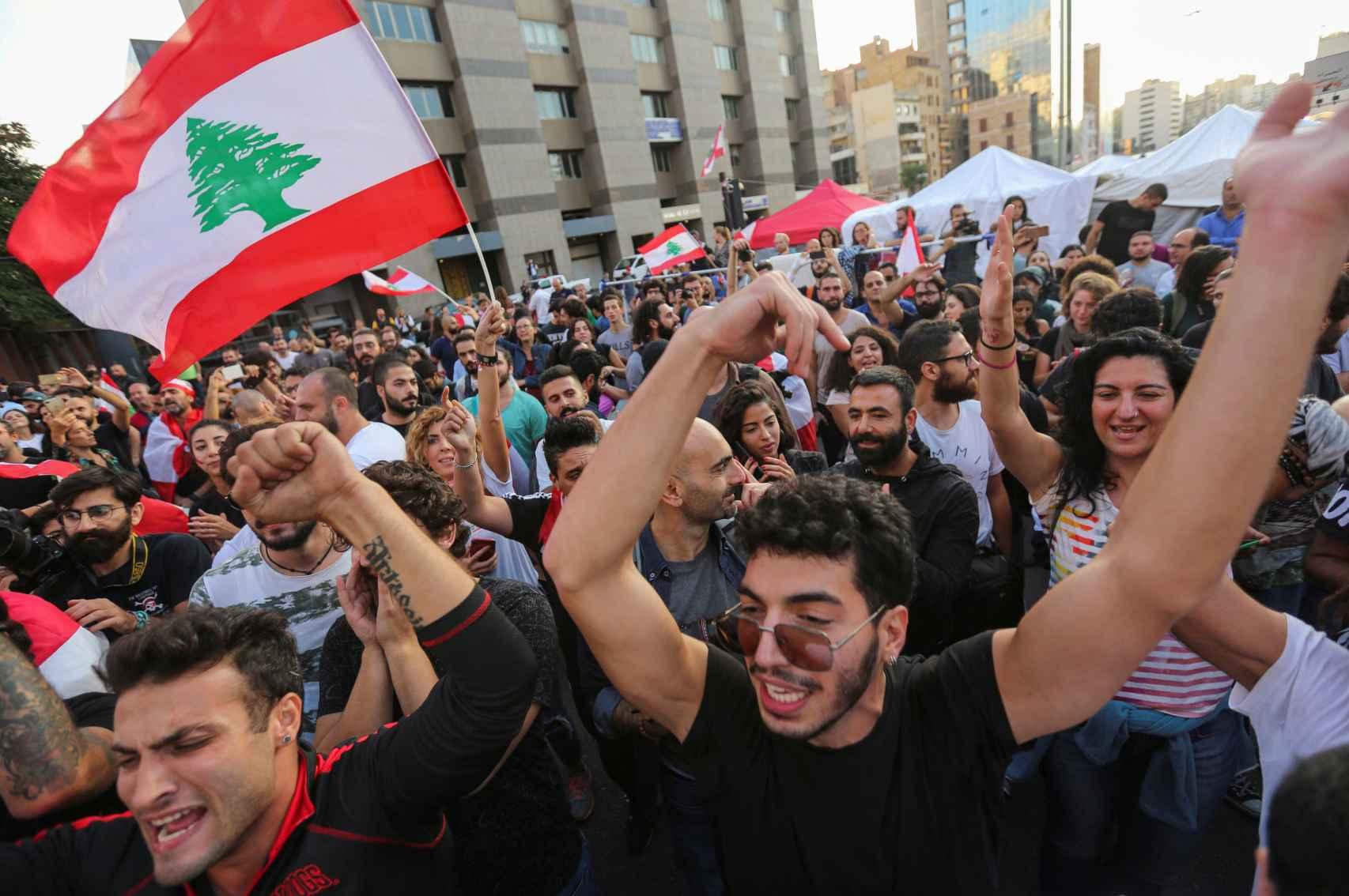Manifestantes celebran la dimisión del primer ministro, Saad Hariri.