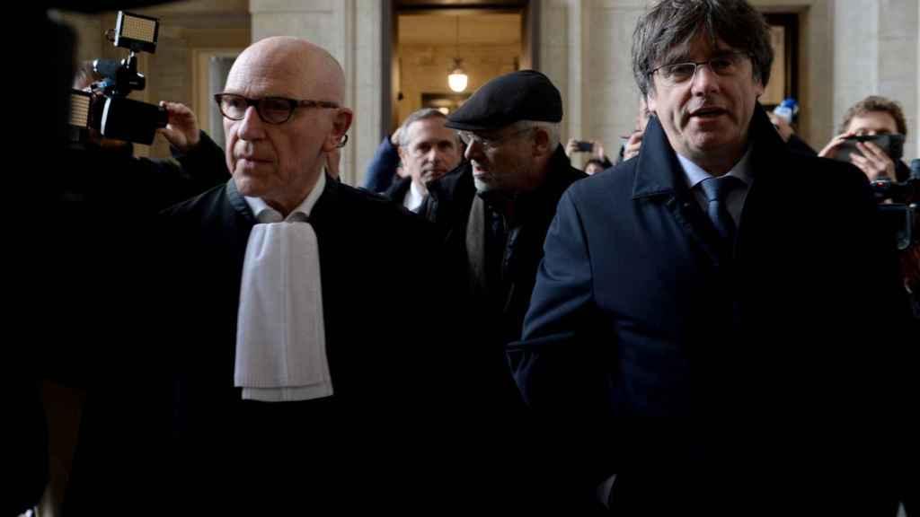 Carles Puigdemont y su abogado, Paul Bekaert, en su última comparecencia  en el Palacio de Justicia de Bruselas.