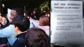 Forcejeos, ayer martes, entre universitarios catalanes que quieren ir a clase y copia del documento que contempla beneficios para quienes participen en disturbios.