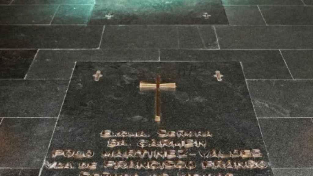 Flores en la tumba del dictador