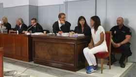 La asesina confesa Ana Julia Quezada y sus abogados durante el juicio.