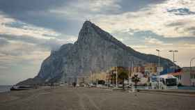 Paseo marítimo de la playa de la Atunara en La Línea de la Concepción, con Gibraltar al fondo.