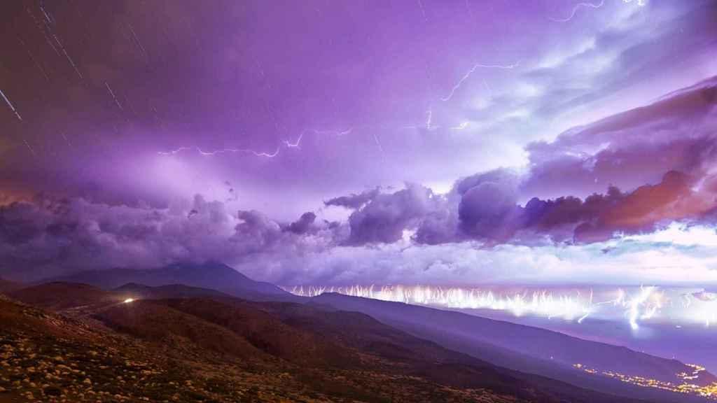 Tormenta eléctrica vista desde el observatorio de Izaña del Teide, Tenerife. EFE/Daniel López/elcielodecanarias.com