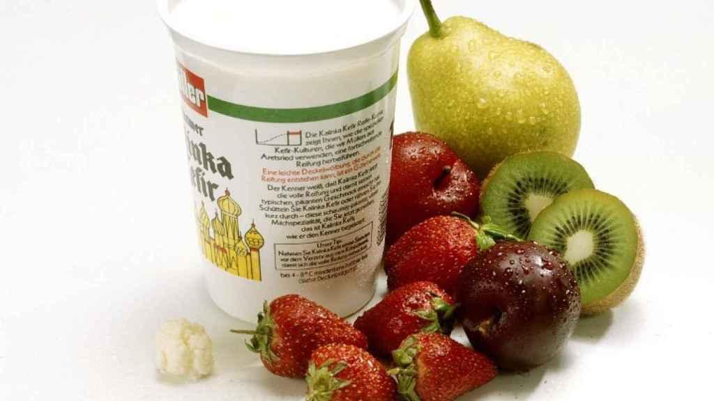 Un postre lácteo con frutas.