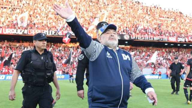 Como si fuese un dios: así reciben a Maradona en el estadio del Newell's