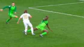 Luka Modric fuerza un penalti ante el Leganés