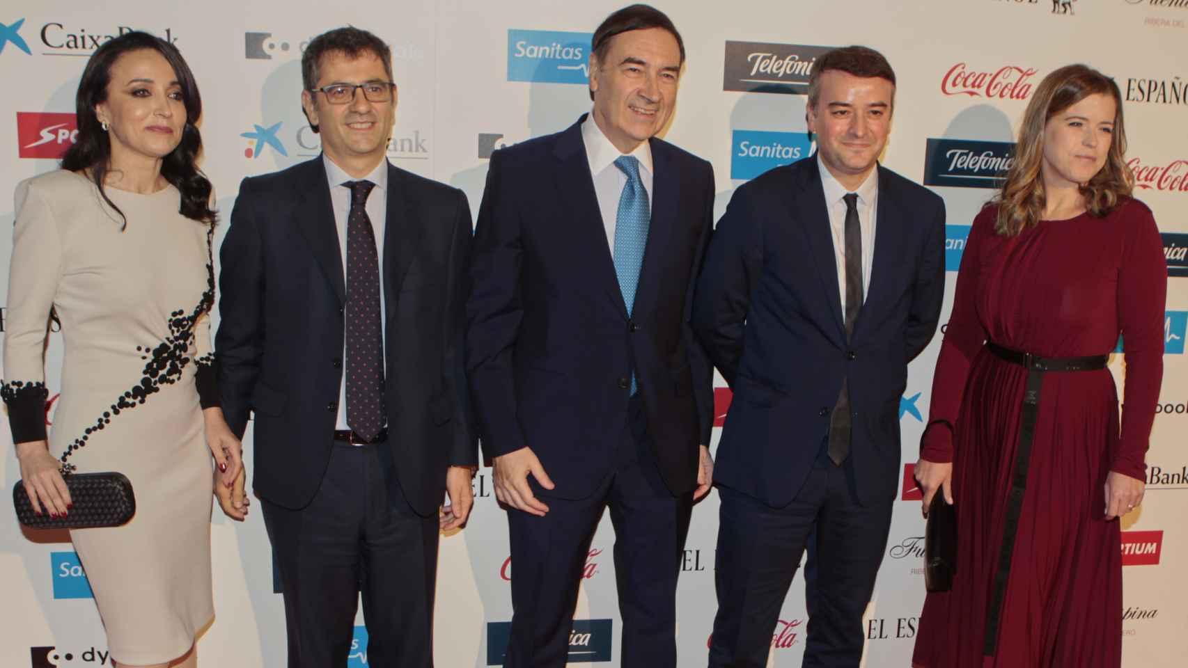 De izquierda a derecha, Cruz Sánchez de Lara, Félix Bolaños (secretario general de la Presidencia del Gobierno), Pedro J. Ramírez, Iván Redondo (director de Gabinete de Presidencia) y ????