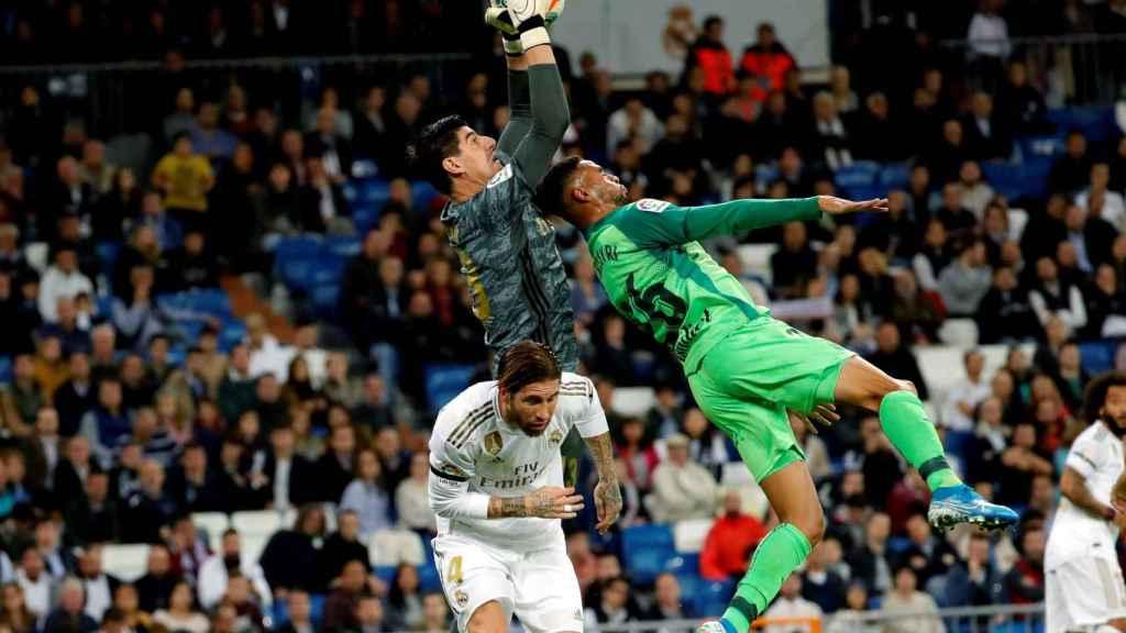 Thibaut Courtois ataja un balón por el aire ante el Leganés
