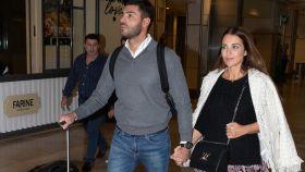 Paula Echevarría y Miguel Torres en el aeropuerto Madrid-Barajas Adolfo Suárez.