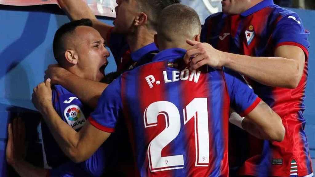 Piña de los jugadores del Eibar