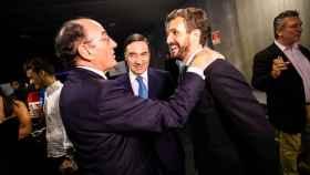 Ignacio Galán, presidente de Iberdrola, saluda a Pablo Casado, líder del PP, en presencia de Pedro J. Ramírez.