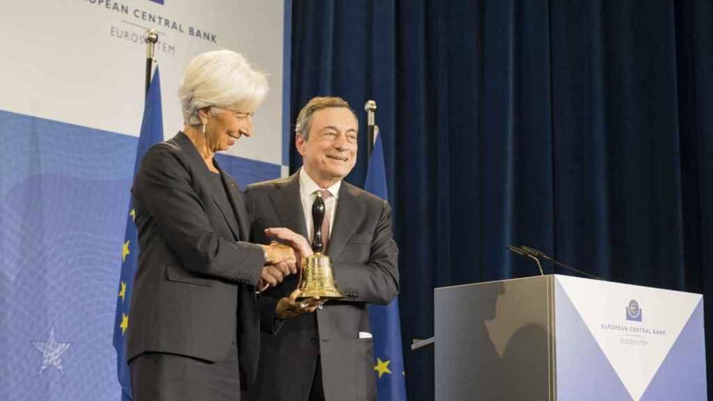 Mario Draghi entrega la campana de gobierno del BCE a Christine Lagarde.